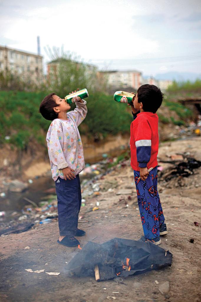 Asettukaa nyt ihmeessä aloillenne, mutta tehkää se jossain muualla kuin täällä. Romaneille varatut paikat ja tilat ovat aina jossain muualla: kaupungin laidalla, toisessa maassa, poissa silmistä ja hyvinvoivan yhteiskunnan ulkopuolella. Yksi näistä paikoista on Craican alue Romaniassa Baia Maren kaupungissa. Se on yhtä aikaa slummi ja koti. Kuva: Miisa Kaartinen