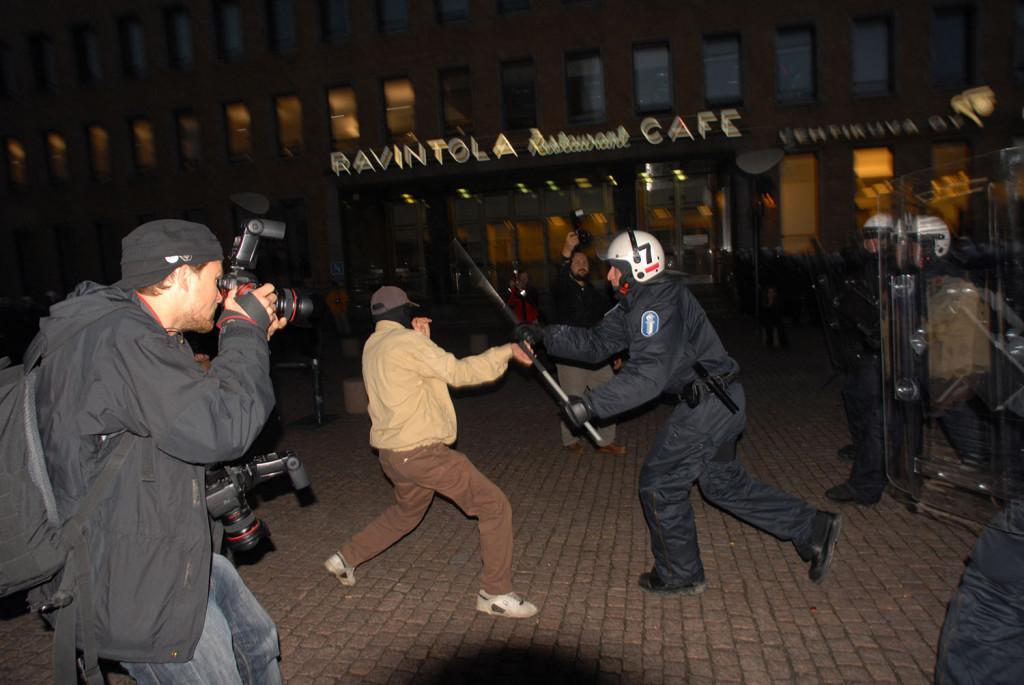 Kuvaamassa Smash Asem - mielenosoituksessa 9.9.2006. Kuva: Hannu Lindroos