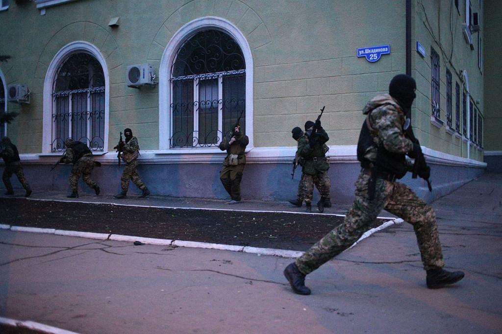 13.4.2014, Kramatorsk, Ukraina. Aseistetut miehet valtaavat kaupungin poliisiasemaa.