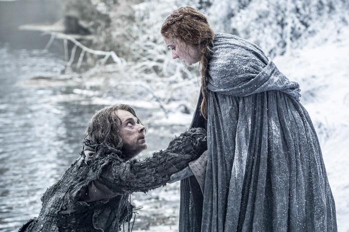 """Theon Greyjoy (Alfie """"Lilyn veli"""" Allen) ja Sansa Stark (Sophie Turner) luultavasti keskustelevat edellisillan Game of Thrones -jakson käänteistä."""