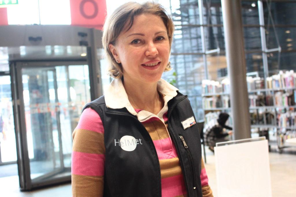 """Venäjältä Pietarista kotoisin oleva Irina (kuvassa) ja Järvenpäässa aiemmin asunut Merja ovat molemmat muuttaneet työn perässä Helsinkiin. Merja kertoo, että omalta kotiseudulta, pienestä kaupungista on vaikea saada työtä. """"Varmaan maaseudulla on usein ollut niin, että joku lapsista on jatkanut maatilan toimintaa ja muut ovat keksineet jotain muuta työtä"""", sanoo Merja. Kuva: Naima Ibrahim"""