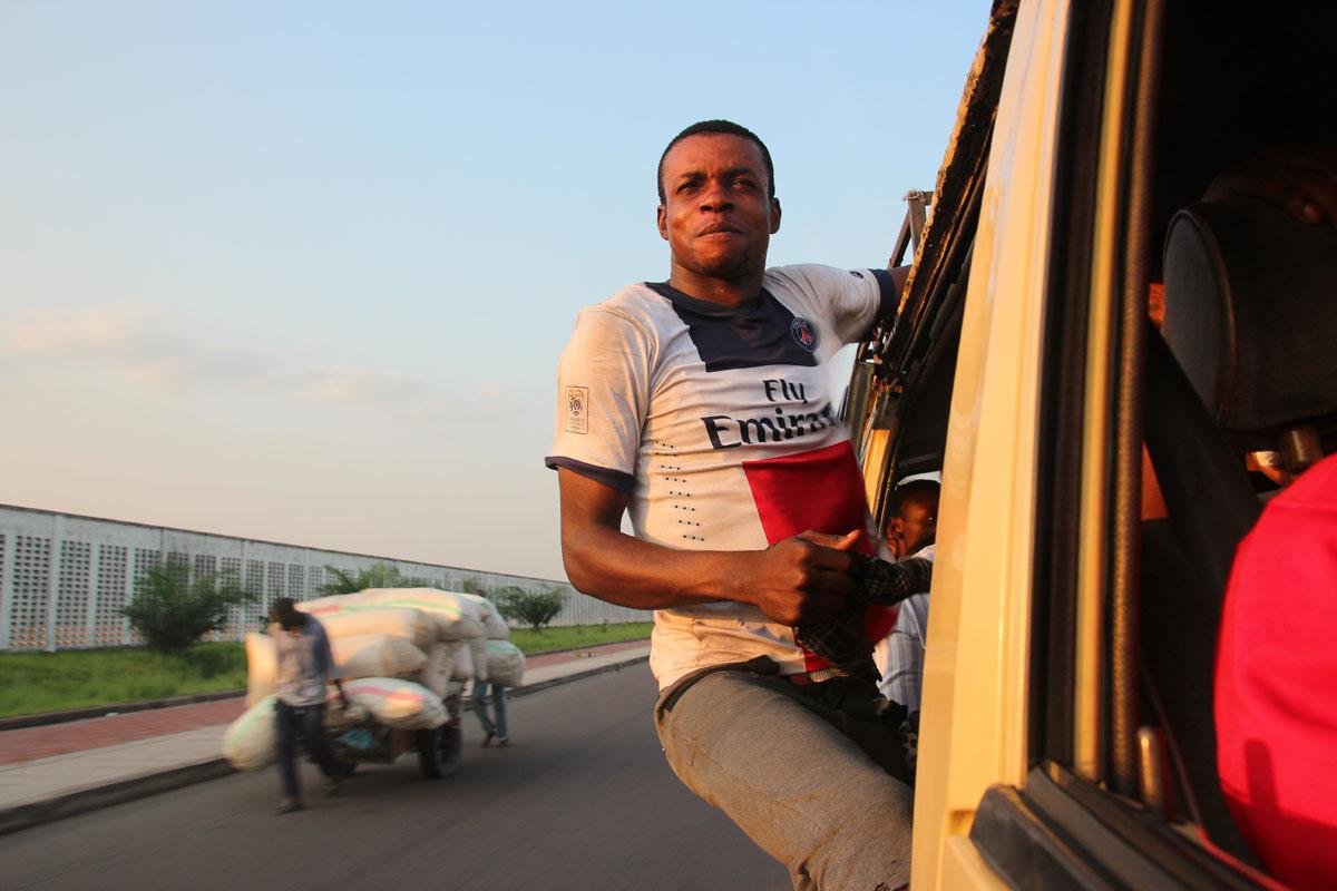 Kyyti Kinshasan lentokentältä keskustaan kulkee halki lähiöiden.