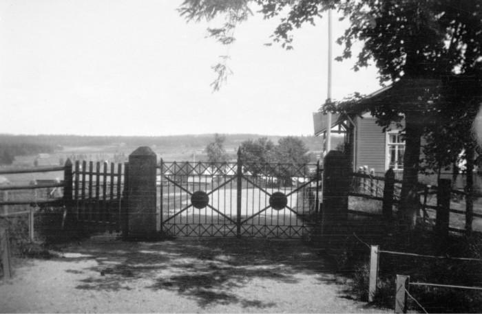 ◼Kirkolle kuljettiin rautaportin kautta. Portista on tehty jäljennös muistomerkiksi.
