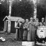 ◼Lotta Kerttu Karhuaho (keskellä) näki hysteeriset potilaat kunnalliskodin pihalla.