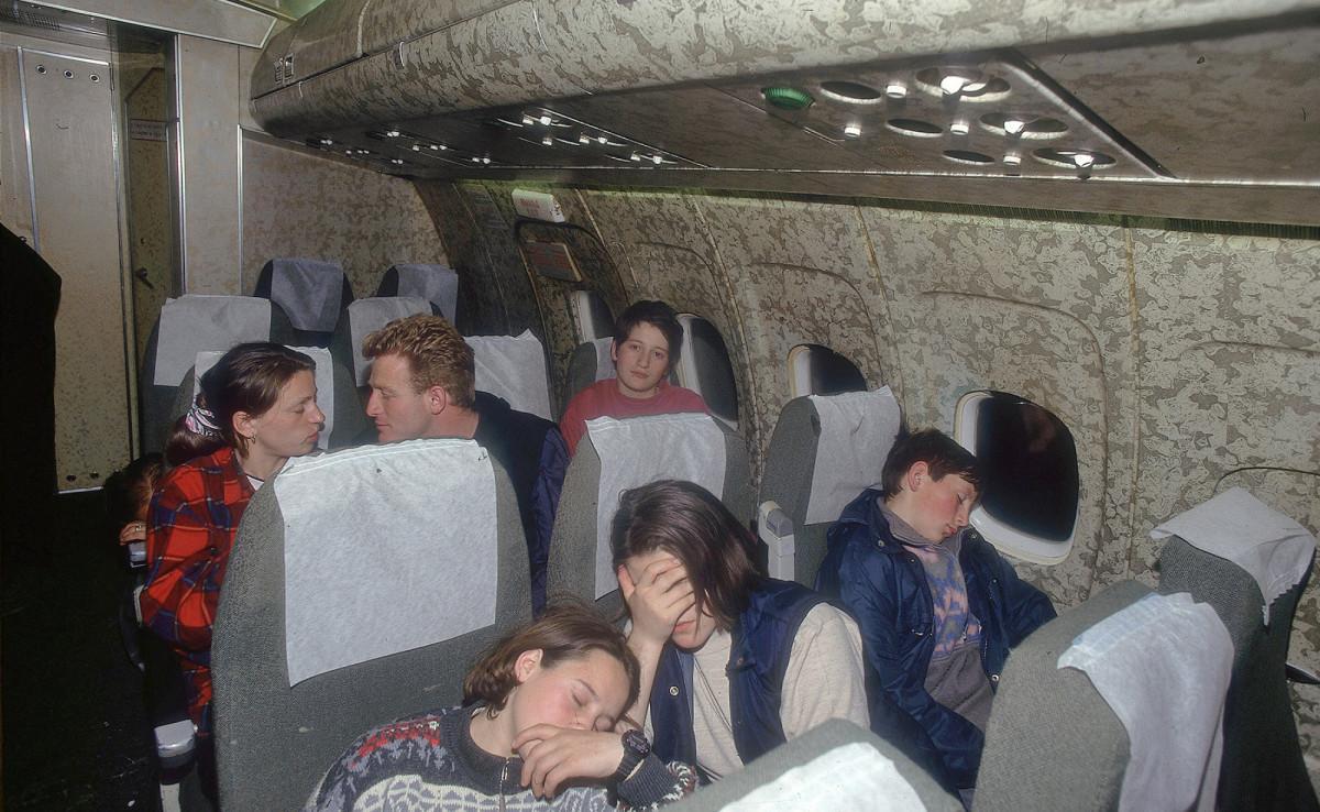 Lento Makedoniasta Suomeen huhtikuussa 1999. Koneessa Hysni, Zyhrije, Antigona, Lirije, Aferdita ja Hajrullah Aliu.
