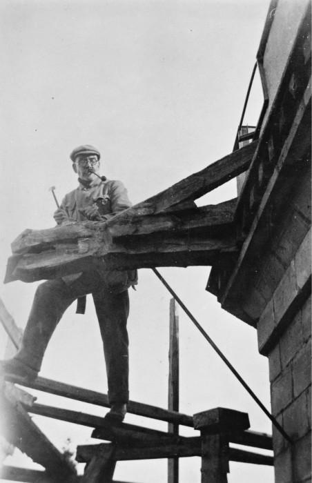 ◼Gallen-Kallela veistää  vesikourua Tarvaspäässä 1927.