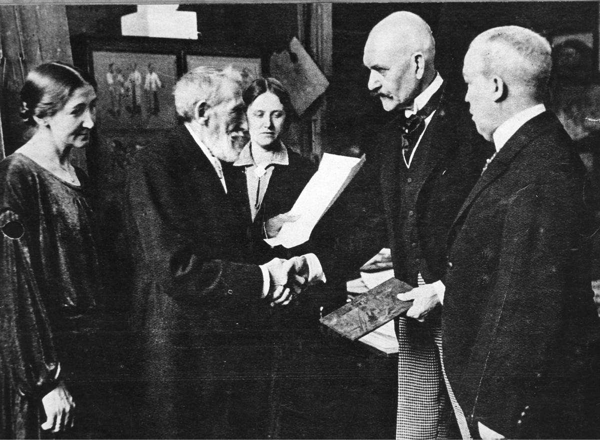 ◼Joakim Skovgaard kutsutaan Suomen taideakatemian kunniajäseneksi. Gallen-Kallela (toinen oik.) luovuttaa adressia Kööpenhaminassa.