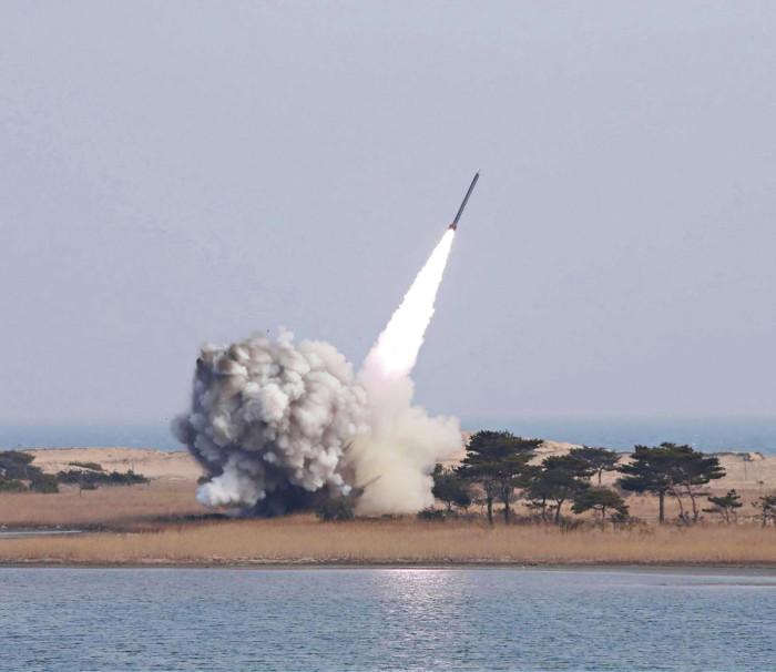 ◼Pohjois-Korea julkaisi 4. maaliskuuta kuvan, jossa sen mukaan on kyse uuden raketinheitinjärjestelmän testilaukaisusta.