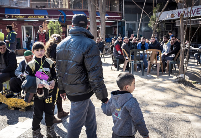 ◼Eurooppaan pyrkiviä syyrialaisia pakolaisia Basmanen aukiolla.