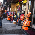 ◼Pelastusliivejä kaupataan Fevzi Pasan bulevardin vaatekaupoissa.