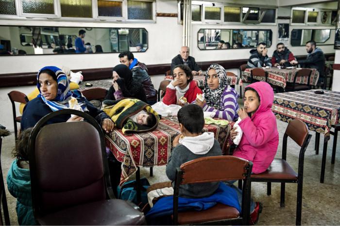 ◼Syyrialaisperheen naiset ja lapset odottavat Ali Ulvin  kahvilassa.