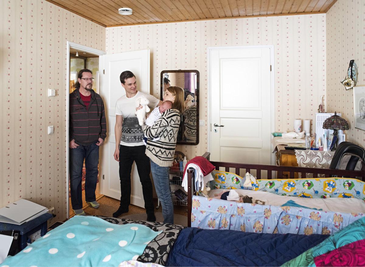 ◼Johannes ja  Tuulikki Tarkiainen eivät tarvitse vanhemmilta rahaa, mutta Johanneksen vanhemmat (kuvassa Esa Tarkiainen) auttavat majoittamalla perheen kotiinsa.