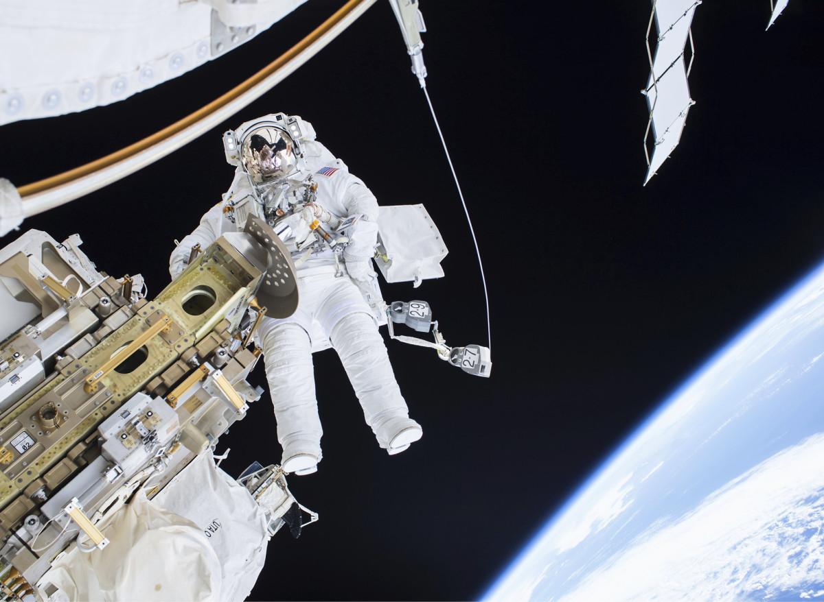 ◼Astronautti  Timothy Kopra avaruudessa  ISS-aseman  ulkopuolella.