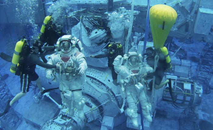 ◼Avaruuskävelyä opetetaan  astronauteille veden alla.