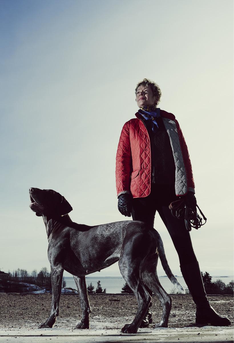 ◼ Eeva-Liisa Inkeroinen ja nelivuotias Raita valmistautuvat tuleville metsästysretkille.