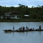 ◼Kullankaivajien kanootit liikkuvat Atratojoella.