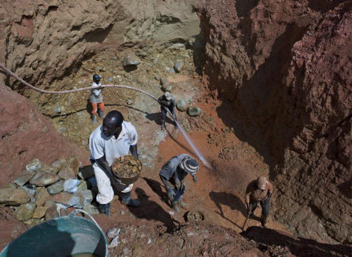 ◼Hallituksen kaivosohjelma kiihdyttää laittomia ja laillisia kaivosvaltauksia Kolumbiassa. Kullankaivajat työskentelevät  avolouhoksessa Suarezissa.