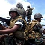 ◼Sisällissota on jatkunut Chocossa kauan. Poliisit partioivat toukokuussa 2004 Bojayan viidakkokylässä, jossa FARCin ja paramilitäärien taistelut olivat vaatineet toistasataa uhria.