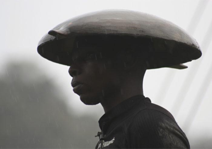 ◼Perinteinen kullankaivaja kaivosvaltausten koettelemassa Cuajandon kylässä Atratojoen varrella.