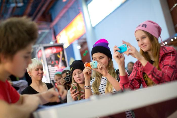 ◼ Helsingin Musiikkimessuilla lokakuun lopussa Robinia kuvasivat espoolaisfanit Eva Korlin (oik.), Venla Siponen ja Alina Stenmans.
