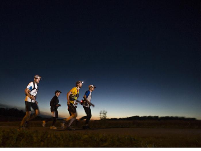 ◼Lieto, 22.42. Elokuun ilta on viileä. Teija Honkonen ultrajuoksijoiden jonossa kolmantena.