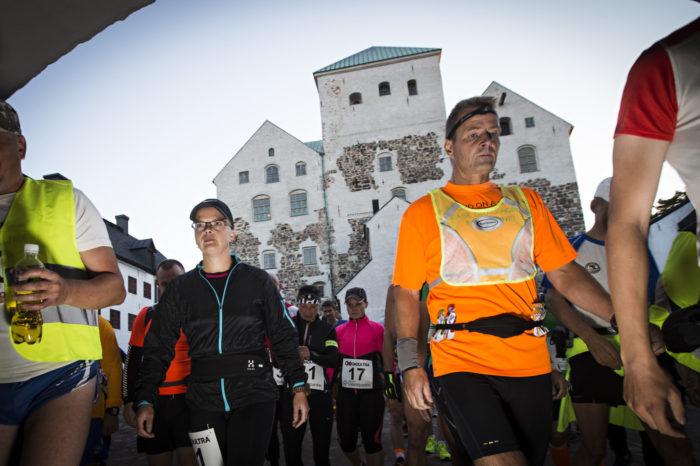 ◼Turku, 21.00. Teija Honkonen hyvästelee Turun linnan, ultrajuoksun lähtöpisteen.