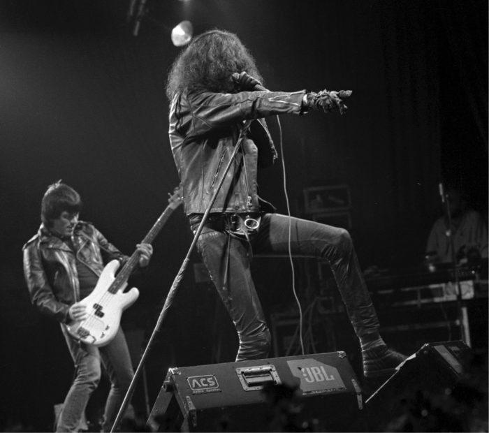 ◼Ramones esiintyi Provinssirockissa 1988. Dee Dee Ramone (vas.) ja Joey Ramone.