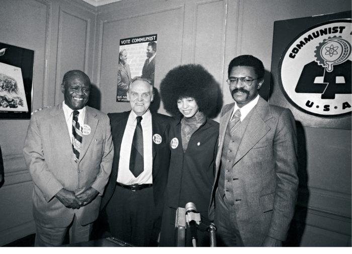 ◼Kommunistit valitsivat helmikuussa 1976 ehdokkaansa Yhdysvaltojen presidentinvaaliin. Vasemmalta puolueen puheenjohtaja Henry Winston, presidenttiehdokas Gus Hall, Angela Davis, joka julkisti  ehdokkaat, ja varapresidenttiehdokas Jarvis Tyner.