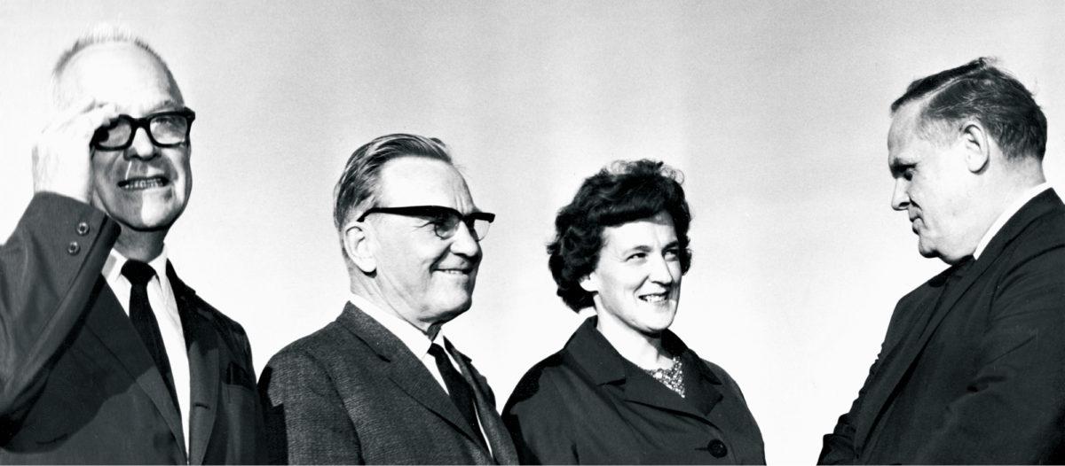 ◼Gus Hall (oik.)  keskustelee Anna-Liisa Hyvösen ja Ville Pessin kanssa. Vasemmalla USA:n kommunistisen puoleen keskuskomitean jäsen Arnold Johnson, joka suku  oli kotoisin Ruotsista.