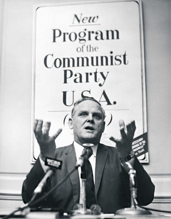 ◼Gus Hall lehdistötilaisuudessa New Yorkissa 1966.