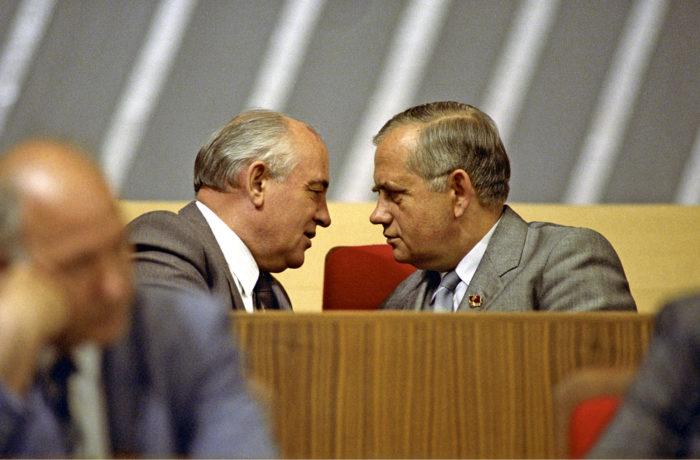 ◼Neuvostoliiton kommunistisen puolueen pääsihteeri Mihail Gorbatšov ja Ukrainan kommunistisen puolueen pääsihteeri Vladimir Ivaško Kremlissä helmikuussa 1990.