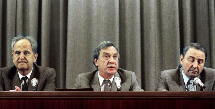 ◼Janajevin junttaa  lehdistötilaisuudessa  Moskovassa  19. elokuuta 1991.  Vasemmalta Neuvostoliiton  sisäministeri  Boris Pugo,  varapresidentti  Gennadi Janajev ja puolustusneuvoston  varajohtaja  Oleg Baklanov.