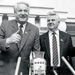 ◼Venäjän neuvostotasavallan presidentti Boris Jeltsin vierailulla Ukrainassa 1990. Oikealla Ukrainan korkeimman neuvoston puheenjohtaja Leonid Kravtšuk.