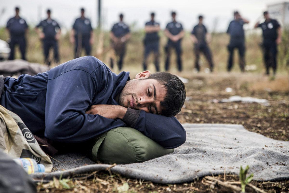 ◼Serbiasta Unkariin pyrkinyt turvapaikanhakija lepäsi rajavartijoiden edessä 26. heinäkuuta 2016.