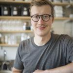 ◼Kotonaan Kalle Freese  tekee kahvinsa  näin: lämmittää  veden mikrossa ja heittää sekaan kehittelemänsä kahvijauheen.