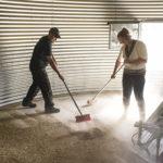◼Viljelijät Jonna ja Pasi Anttila puhdistavat siilon ennen puintia.