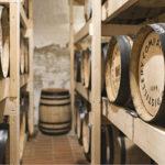 ◼Kyrö Distilleryn ruisviski kypsyy valkotammitynnyreissä.