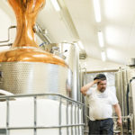 ◼Kyrö Distilleryn apulaistislaaja Miika Saari työskentelee entisessä juustomeijerissä.