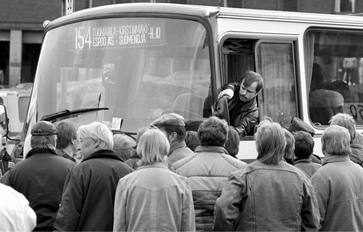 ◼Järjestäytymätön  kuljettaja oikaisee lakkolaisten vinoon iskemää peruutuspeiliä. Pääkaupunkiseudulla käytiin kiihkeä bussilakko lokakuussa 1986.