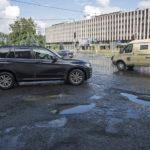 ◼Katu on kuoppainen Petroskoin kaupungintalon edustalla.