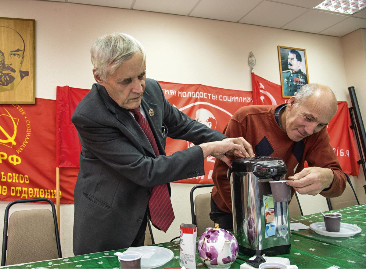 ◼Puoluesihteeri Valeri Šottujev (vas.) ja Karjalan marilaisten puheenjohtaja Mihail Asessorov kaatavat kahvia Venäjän kommunistisen puolueen Karjalan osaston päämajassa Petroskoissa.