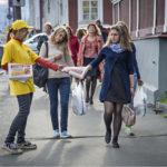 ◼Oikeudenmukaisen Venäjän työntekijä jakaa vaalimainoksia Leninin valtakadulla Petroskoissa.