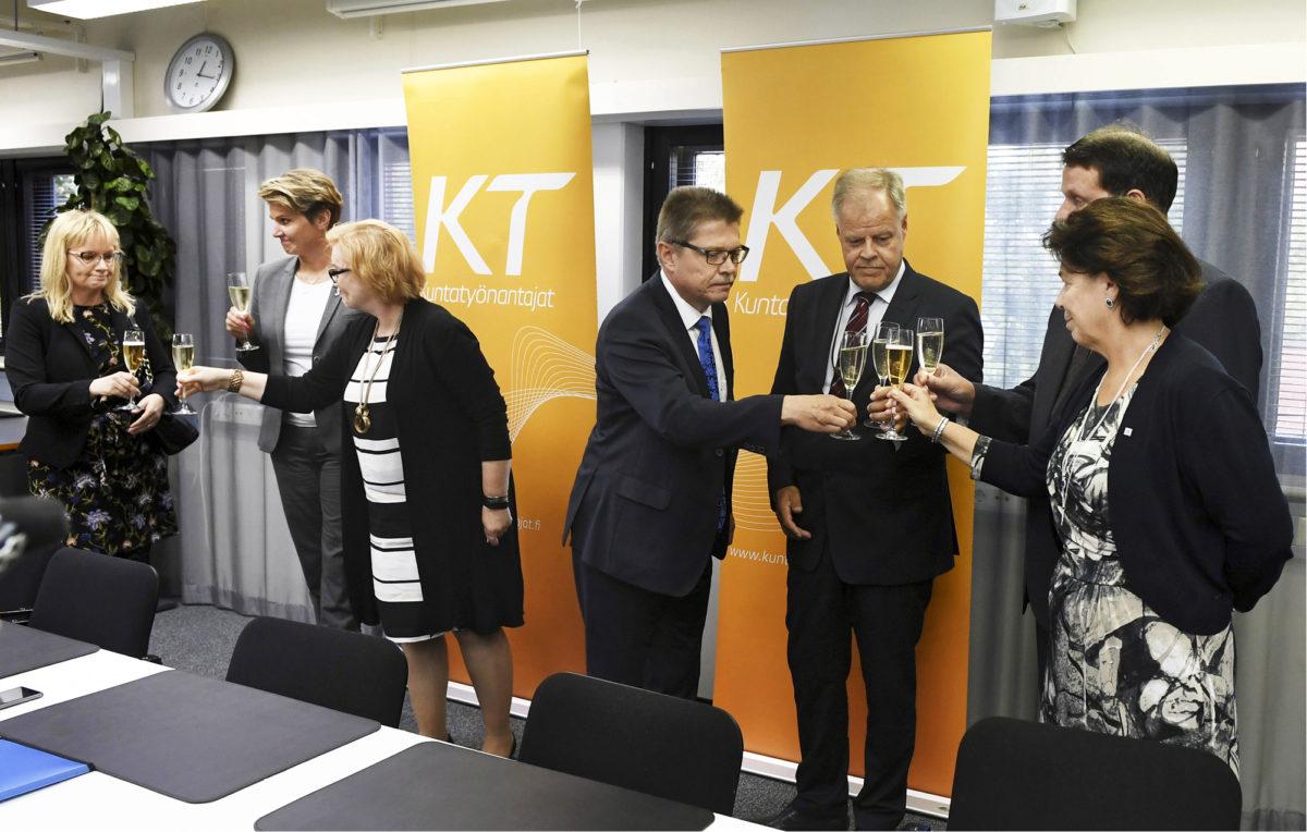 ◼Olli Luukkainen  (3. oik.) ja Markku Jalonen (4. oik.) kilistelivät kunta-alan kilpailukyky-sopimusten allekirjoitusta 5. syyskuuta. Kiistelty Suomen malli on kikyn kylkiäinen.