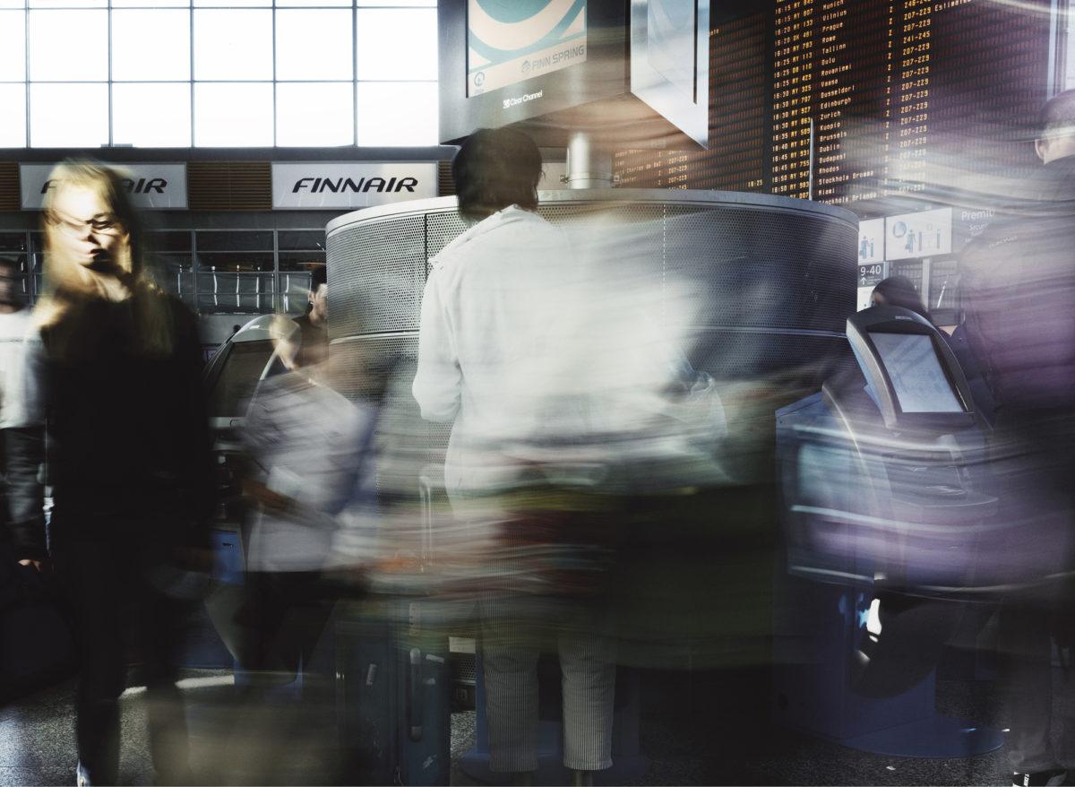 ◼Lentokentällä matkustaja hoitaa  lähtöselvityksensä  automaatilla.