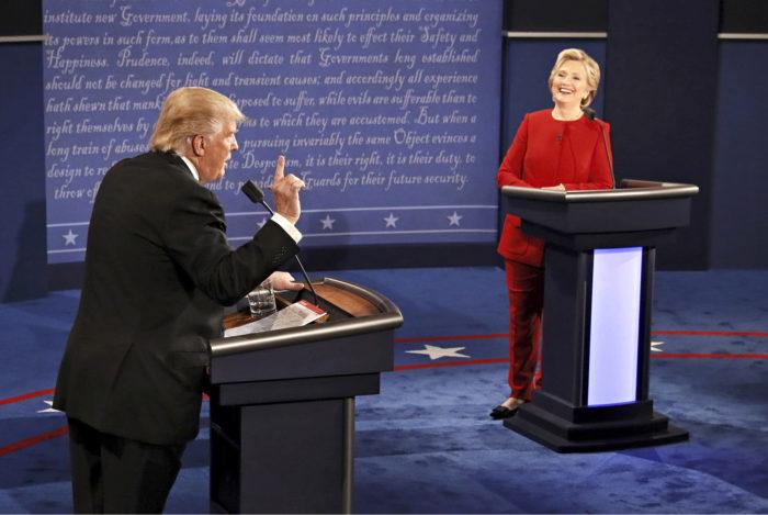 ◼Trump puhuu ja demokraattien Hillary Clinton kuuntelee.