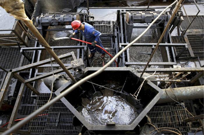 ◼Työntekijä valtion  öljy-yhtiön porauslautalla Orinocon öljykentällä.