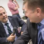 ◼Toimittaja Pekka Ervasti  ja kansanedustaja Markus  Mustajärvi (oik.) Sibelius- Akatemian talossa,  eduskunnan väistötilassa.