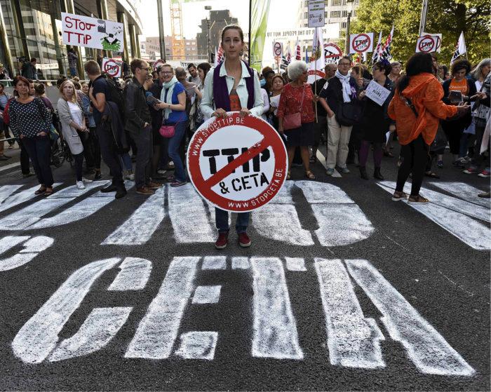 ◼Mielenosoittajat  vastustivat TTIP- ja Ceta-sopimuksia Brysselissä.