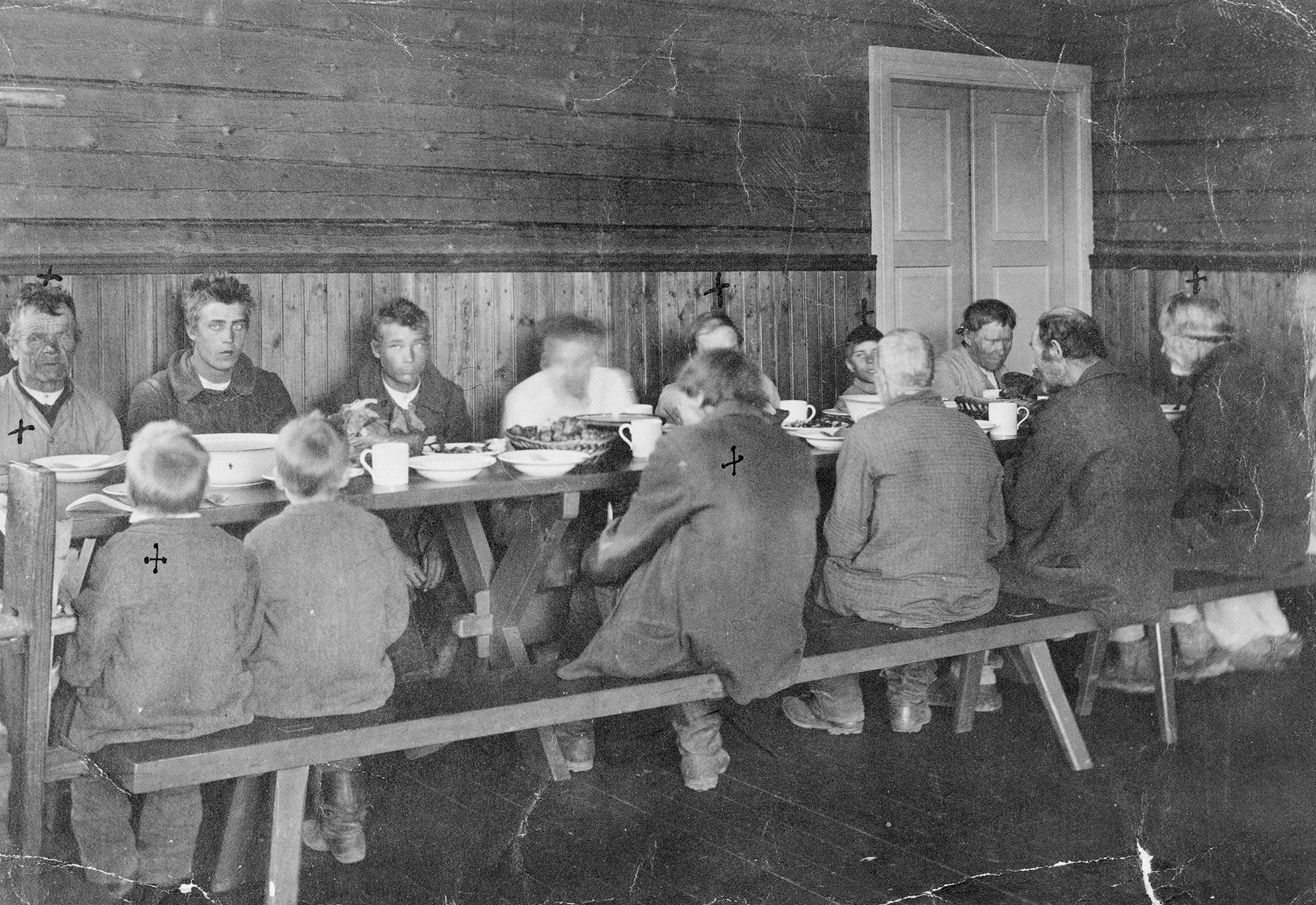 Vaivaistalon hoidokkeja aterioimassa 1900-luvun alussa Padasjoella.