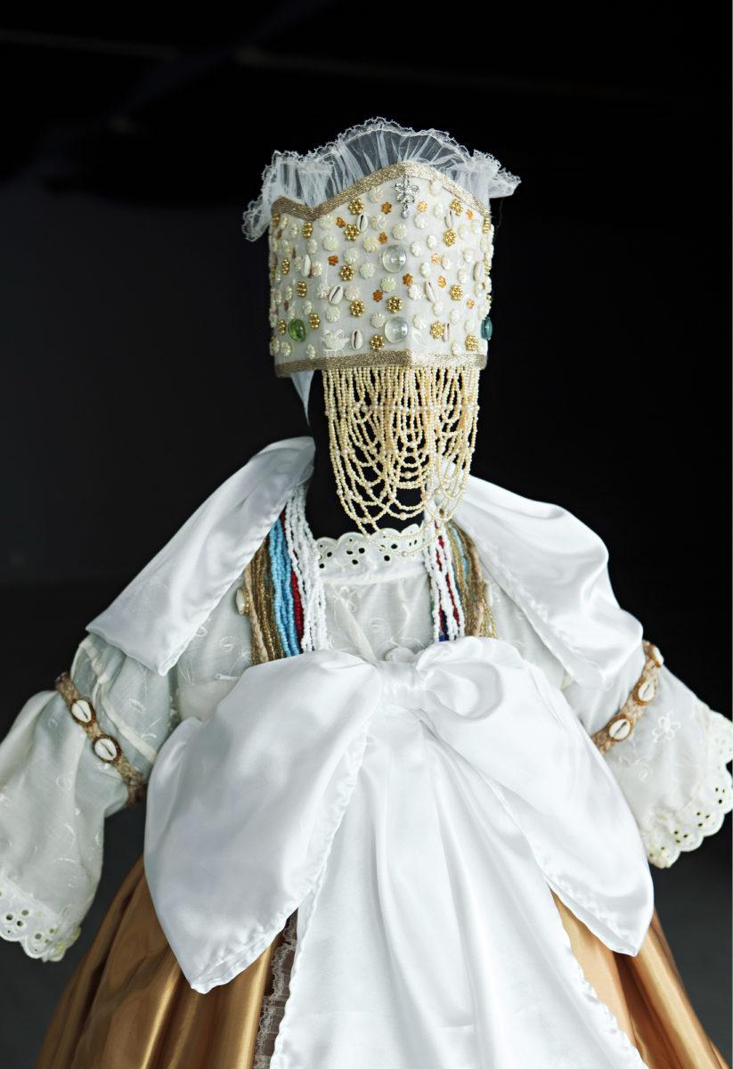 ◼Candomble-uskontoon vihityn brasilialaisnaisen puku on etnografisen museon esineistöä.